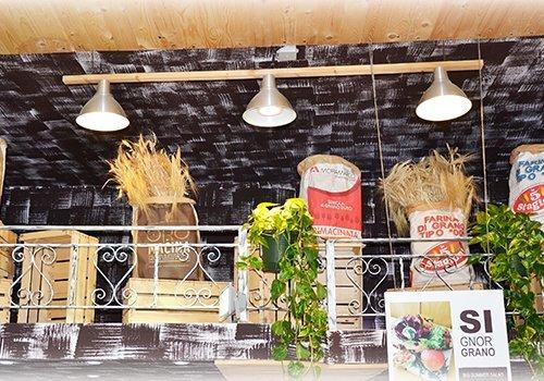 Vista del tetto, lampada di tre focolai e sacchi di diversi tipi di farina