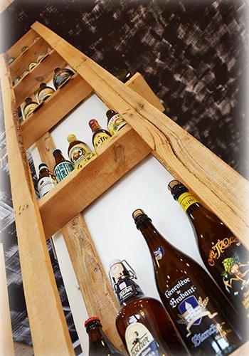 Scaffale vista dal basso con diverse bottiglie di birra