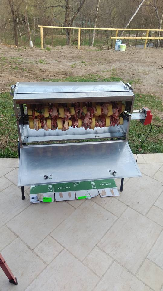 Barbecue di metallo con spiedini di carne