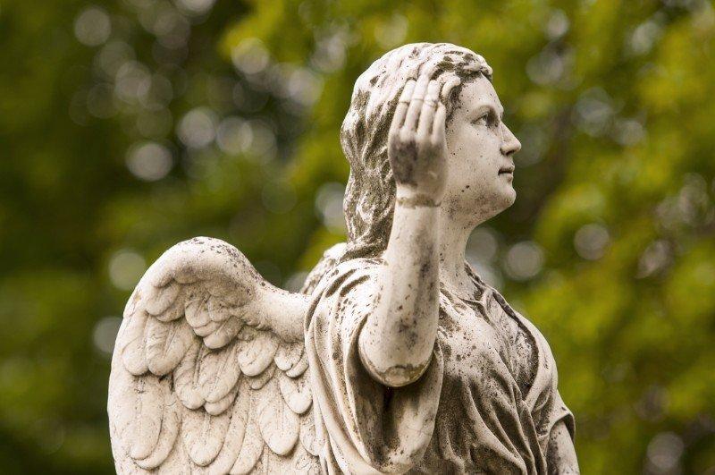 la statua di un angelo