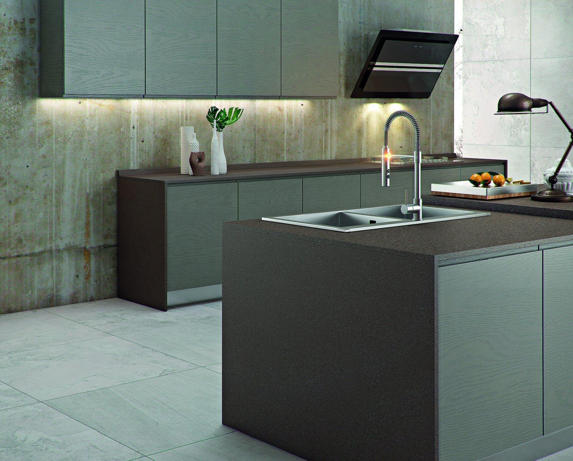 una cucina con penisola e doppi lavandini in acciaio
