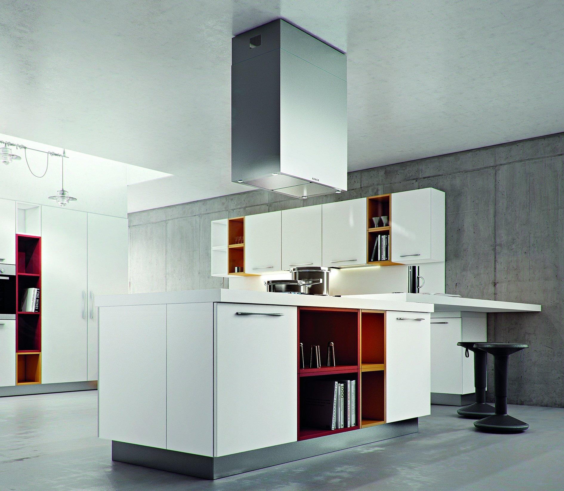 una cucina angolare di color bianco e arancione