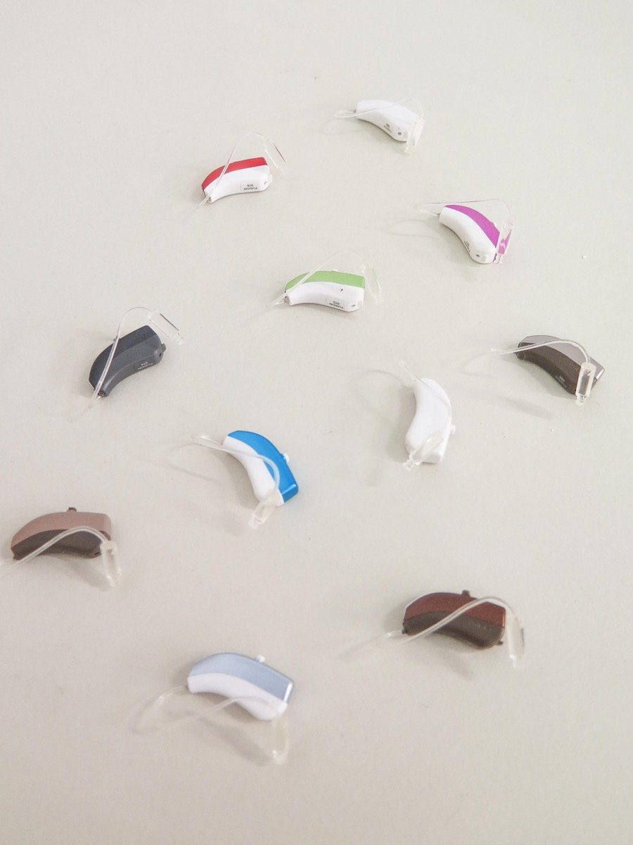 Apparecchi acustici di vari colori