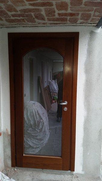 Porta in legno e vetro a Pettinengo