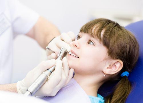 cura dei denti di una bambina