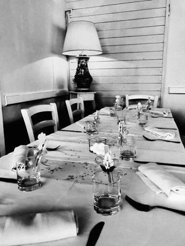 tavola apparecchiata-foto in bianco e nero