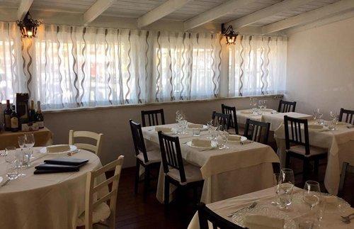 tavoli apparecchiati ristorante