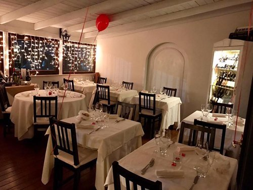 sala del ristorante con palloncino a forma di cuore