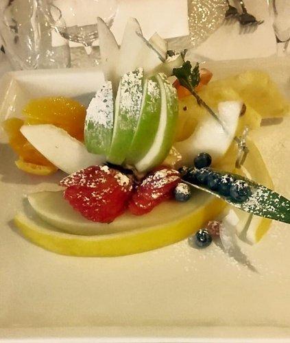 frutta a pezzi con zucchero a velo