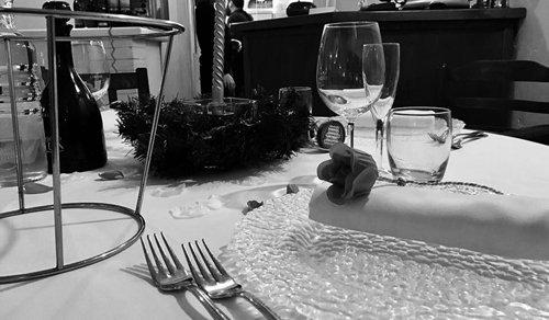 primo piano di una tavola apparecchiata- foto in bianco e nero