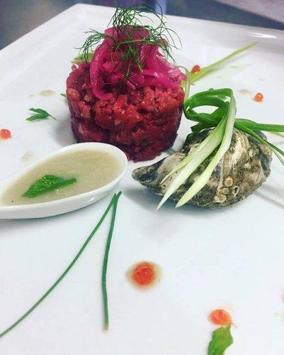 vassoio con carne macinata ed erba cipollina