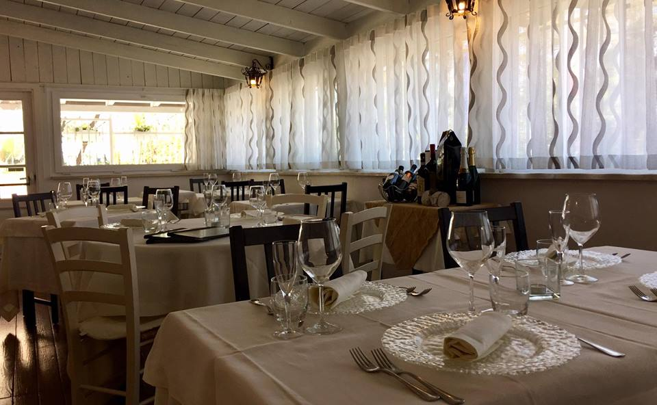 vista interna di ristorante moderno con tavoli e sedie