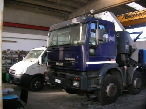 un camion blu e un furgone bianco