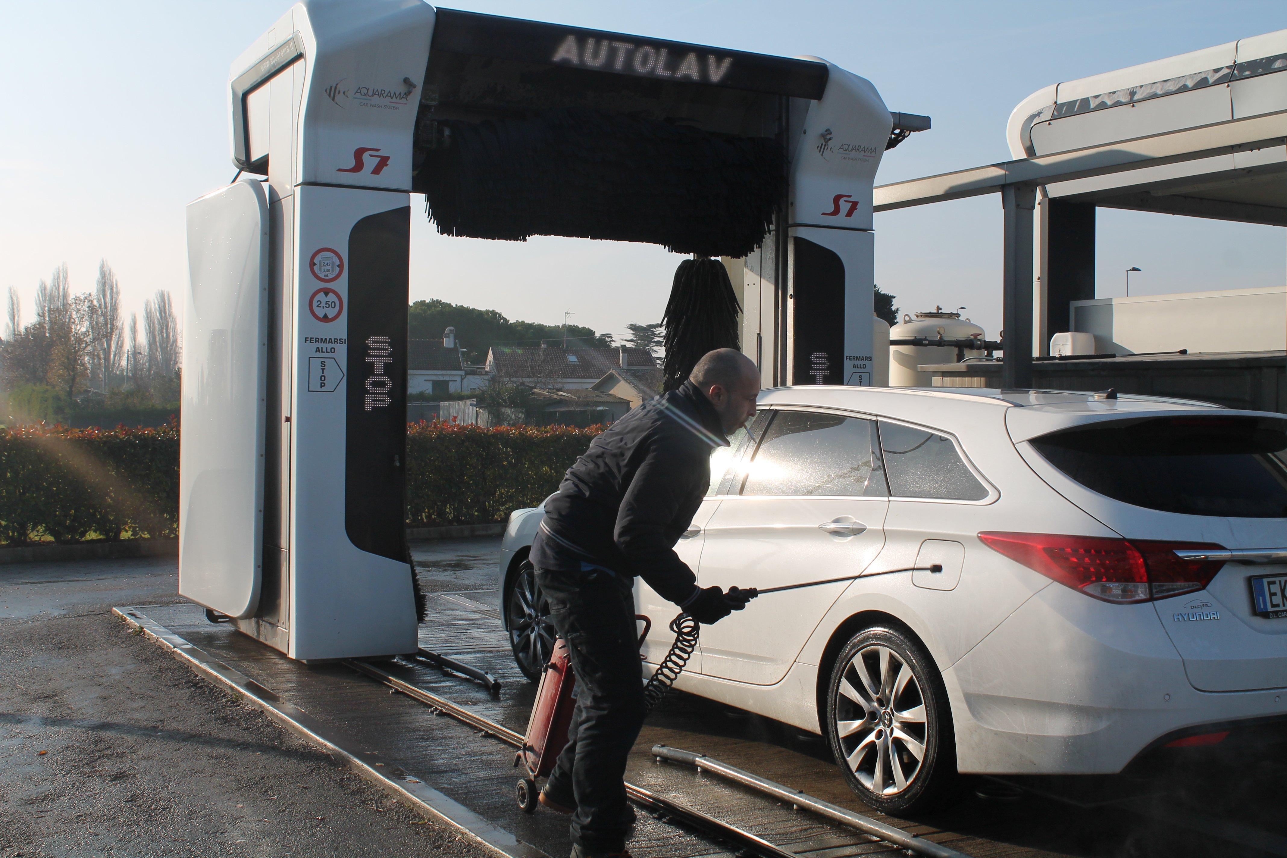 Una macchina utilitaria boanca in un autolavaggio