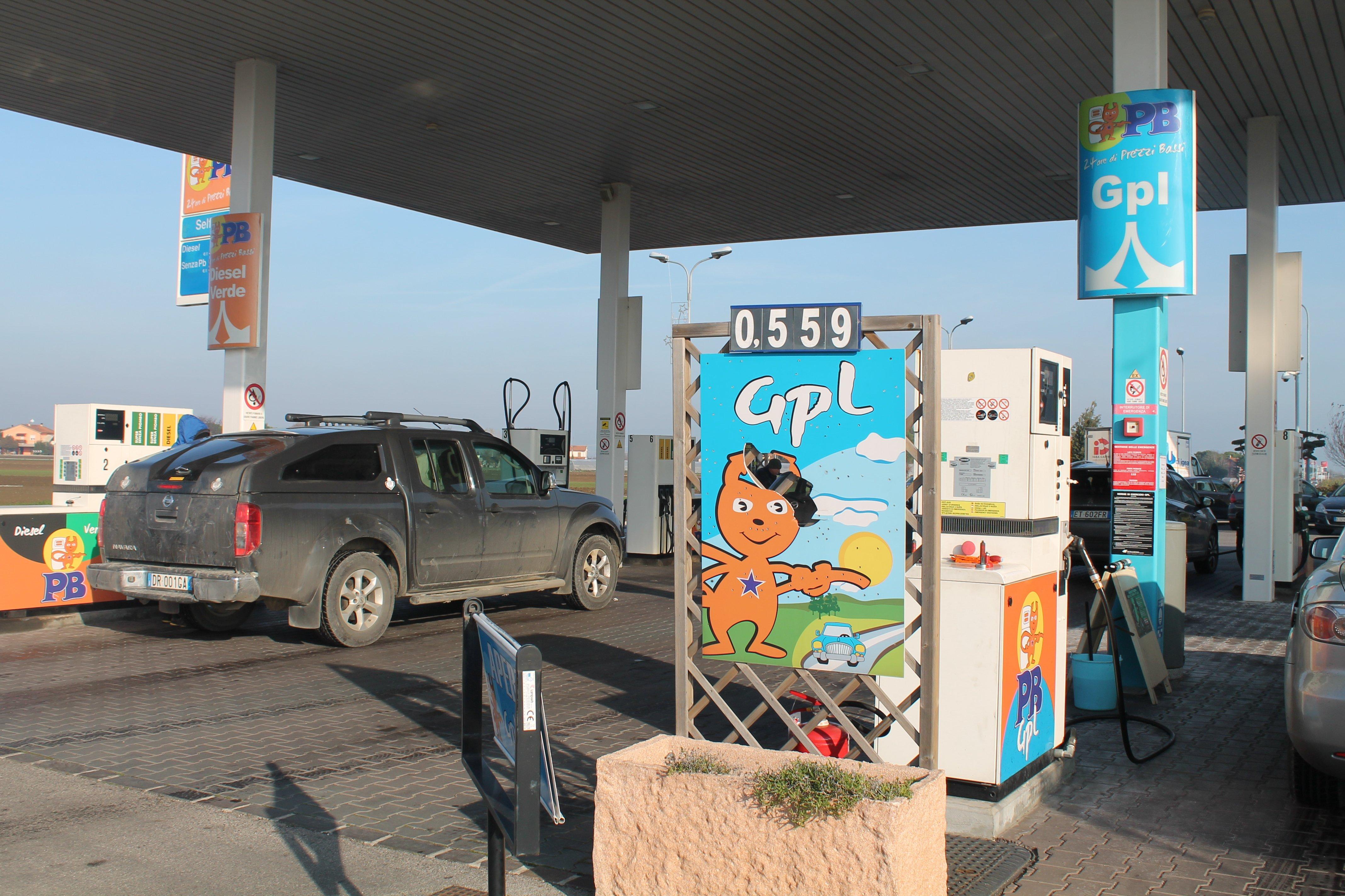 stazione di servizio con annuncio prezzo di gpl