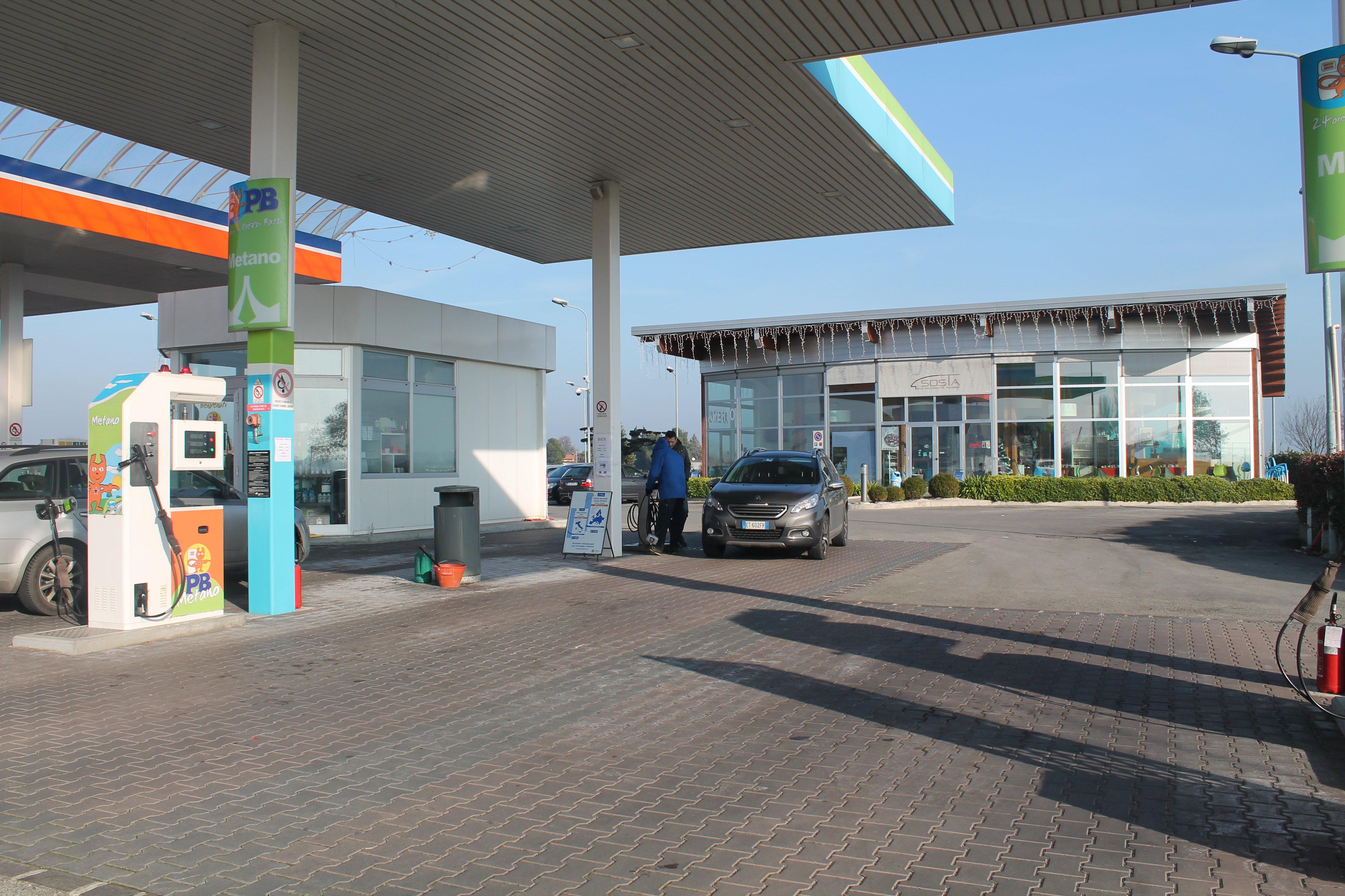 stazione di servizio con un suv grigio parcheggiato