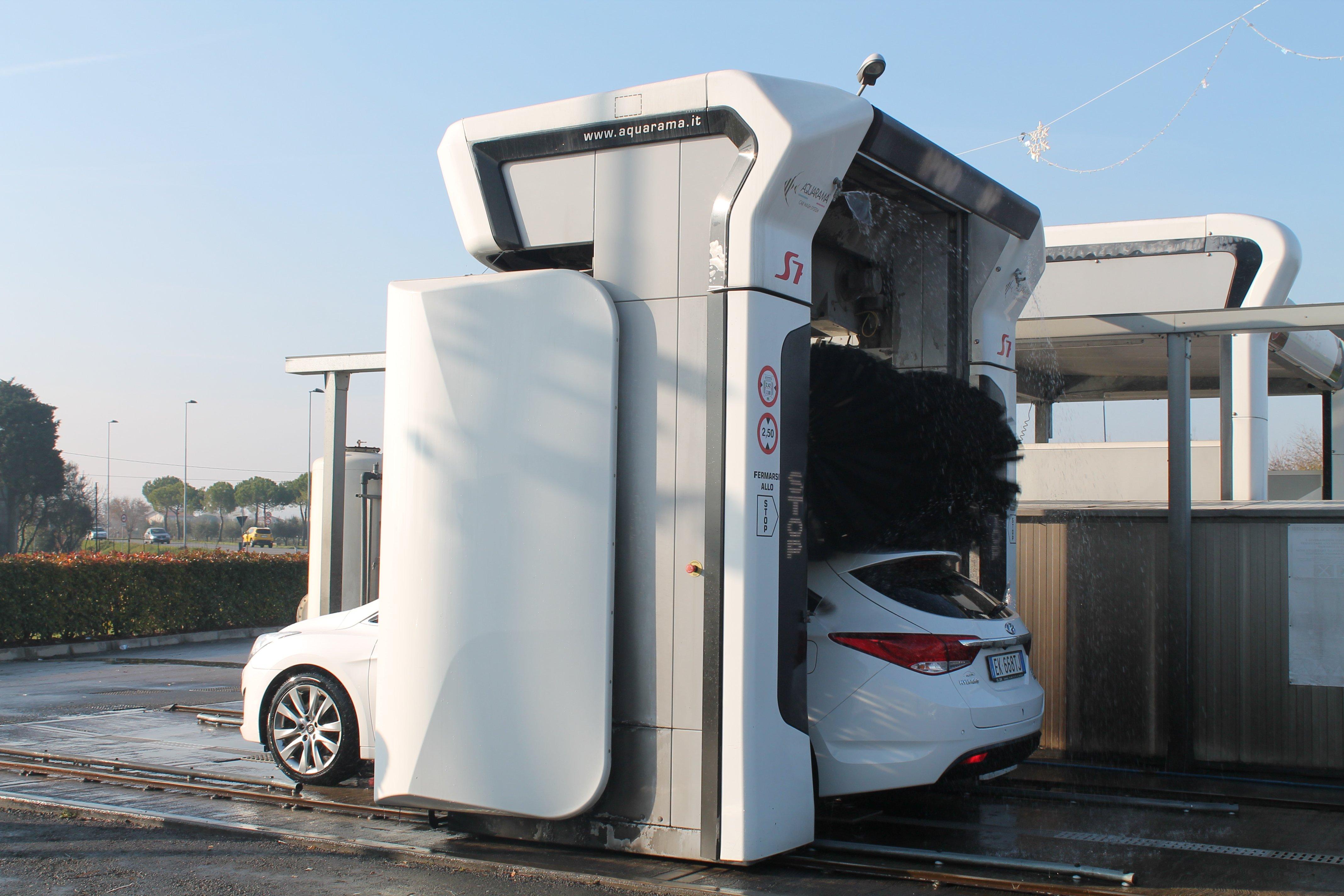 Una macchina di lusso bianca in lavaggio