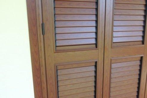 particolare porta persiana color legno con lamella orientabile