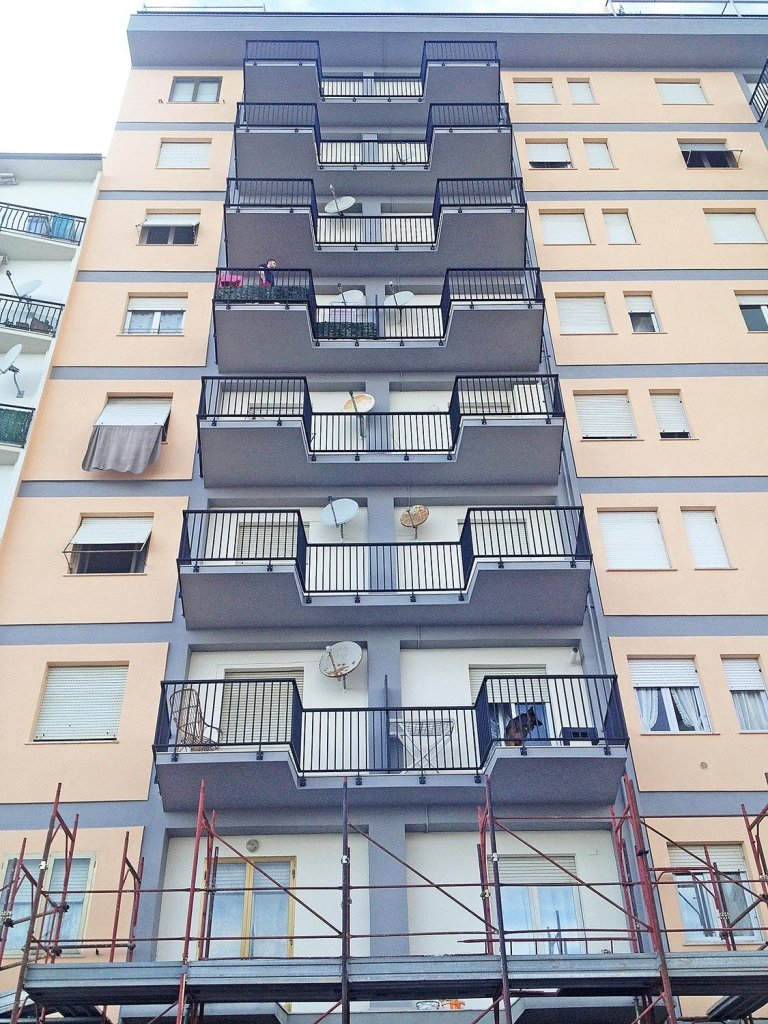 costruzione e posa ringhiere in alluminio elettrocolorato  ( P.zza XXV  Aprile a Follonica )