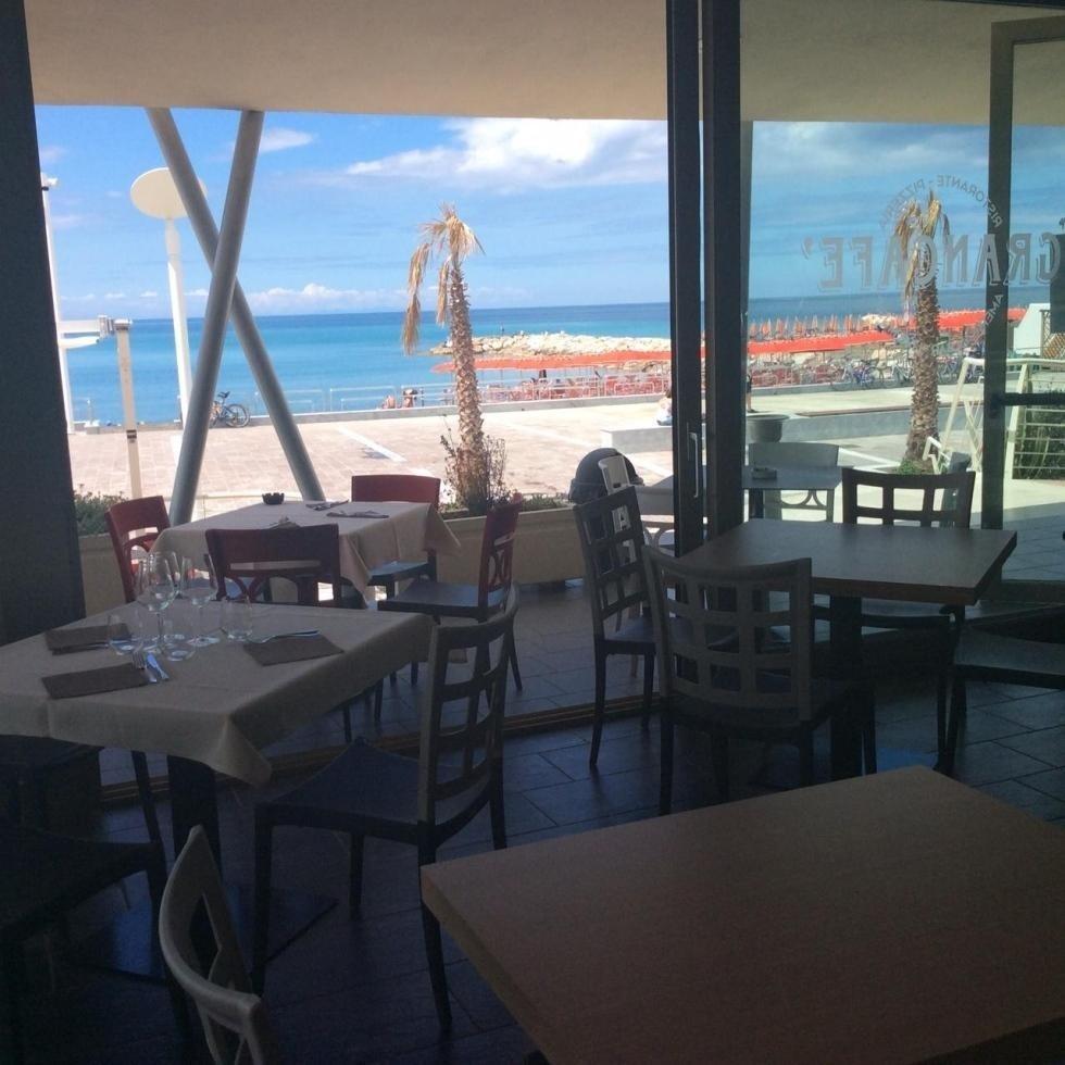 terrazza di un ristorante con tavoli