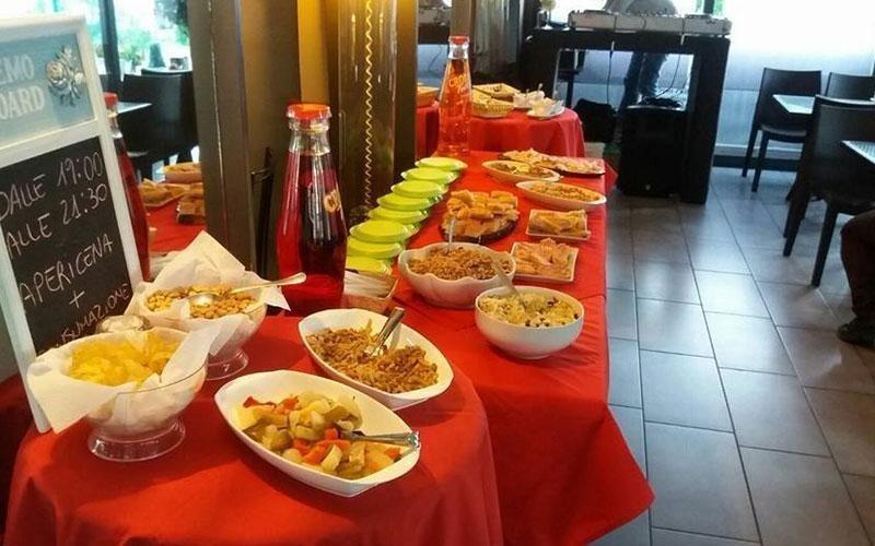 tavolo imbandito per buffet
