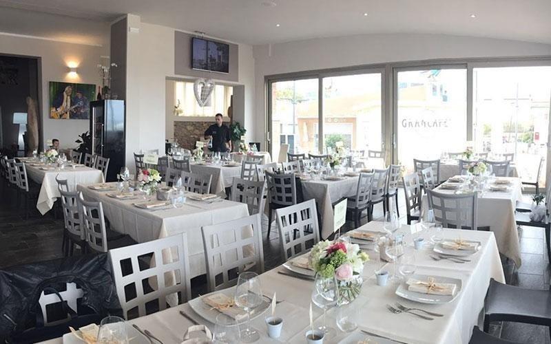 sala interna ristorante con tavoli imbanditi