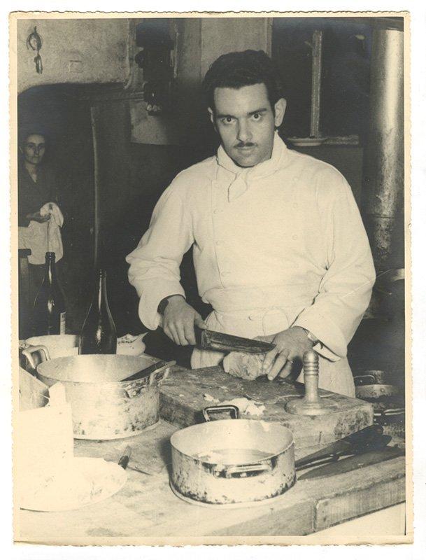 foto storica di un cuoco al lavoro in cucina