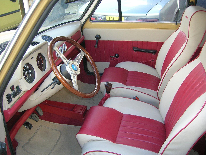 interni bianchi e rossi di un auto d`epoca