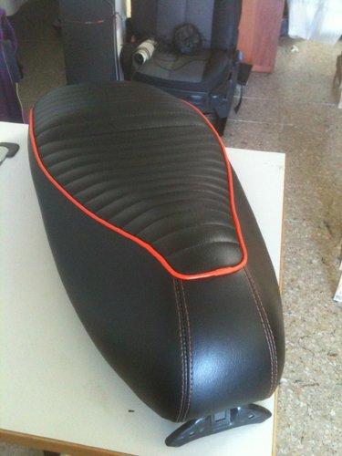 sella nera con cuciture rosse