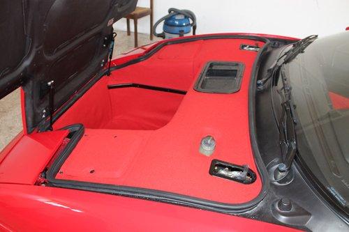 rivestimento rosso con cuciture nere per un automobile