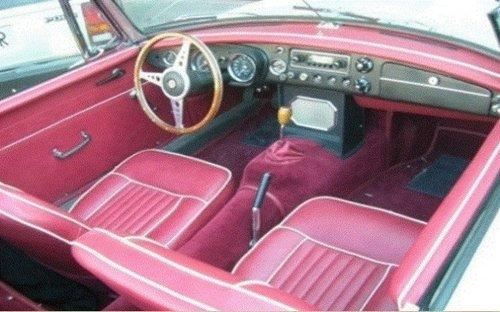 immagine interna di un auto con rivestimenti rossi e in pelle