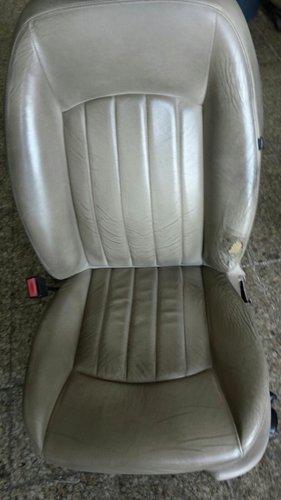 sedile color grigio topo appoggiato sul pavimento