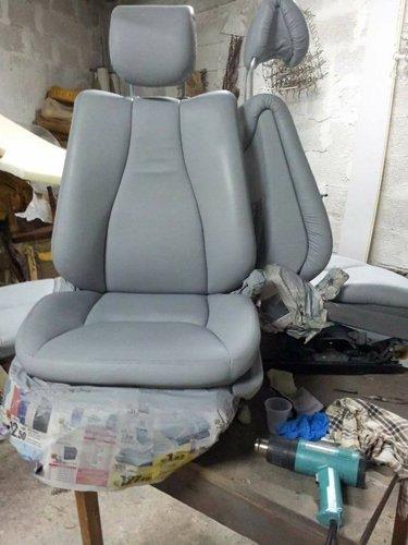 sedili grigi in fase di manutenzione in una officina