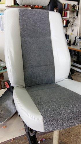 sedile grigio e bianco singolo in officina