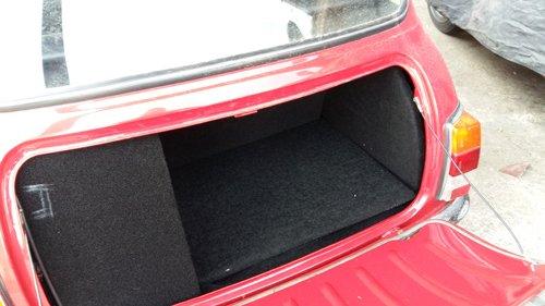 baule aperto di un auto rossa
