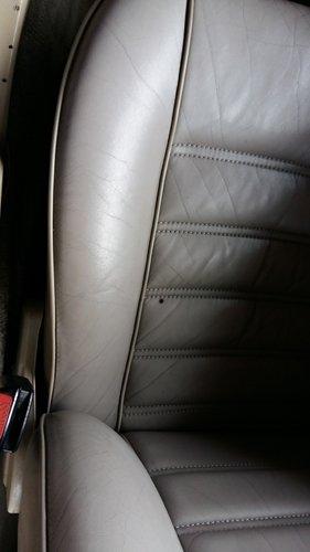 immagine ravvicinata sedile auto grigio scuro