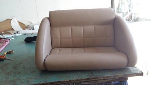 sedile doppio beige in officina