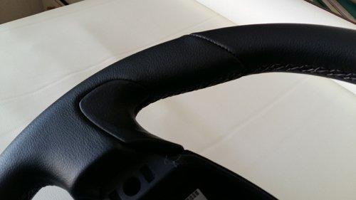 vista angolare di un volante nero