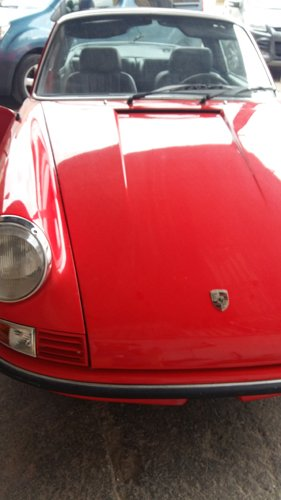 vista frontale di un auto d`epoca rossa