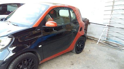 auto nera con parte posteriore rossa parcheggiata
