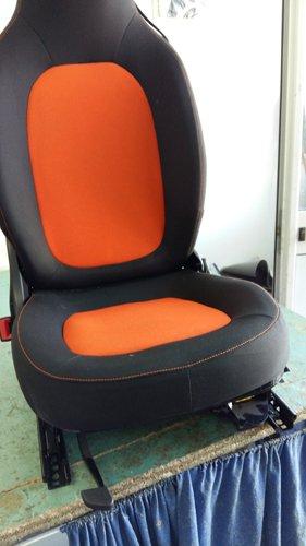 sedile da montare in un auto con tappezzeria arancione e grigia