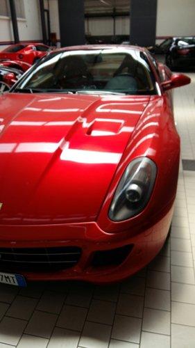 vista parziale di un auto rossa