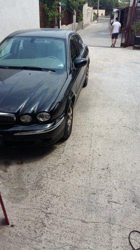 auto nera parcheggiata