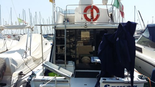 interno di una barca parcheggiata