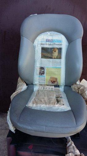 sedile grigio con rivestimento di giornale nella parte centrale