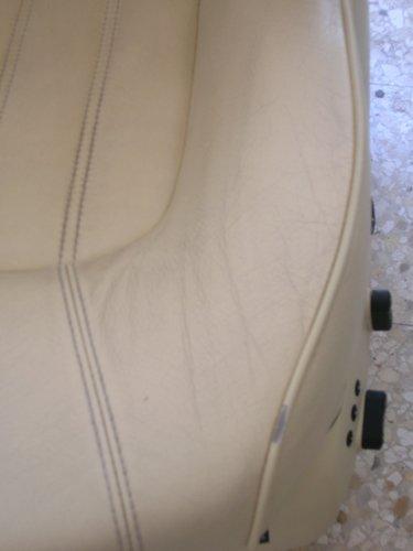 vista ravvicinata di un sedile bianco con 3 cuciture