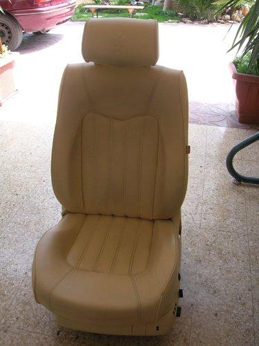 sedile di un auto appoggiato sul pavimento