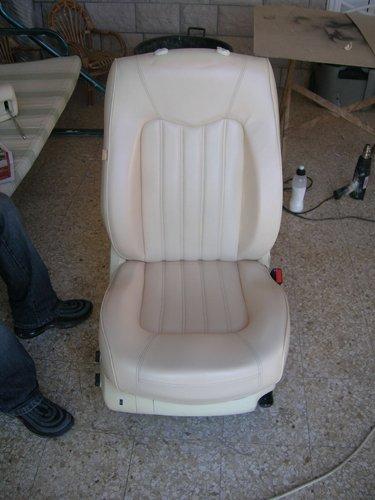 sedile bianco agppoggiato sul pavimento di un officina