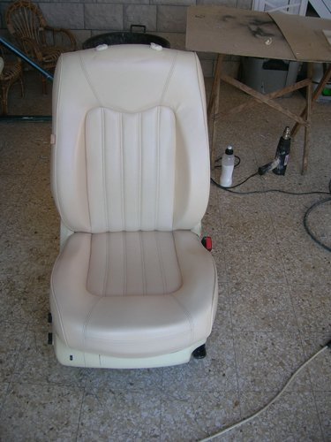 sedile bianco di un auto