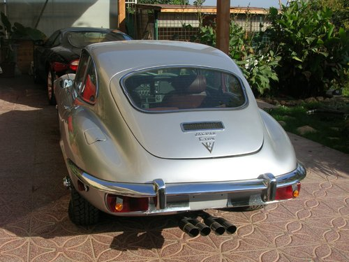 vista posteriore di un auto d`epoca